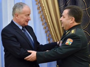 Then-Canadian Minister of National Defence Rob Nicholson (L) meets Ukrainian counterpart Stepan Poltorak in Kyiv on Dec. 8, 2014, photo by Sergei Supinsky, AFP
