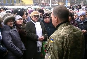 Residents of Kramatorsk in eastern Ukraine protest army conscription, confront mlitiary officials