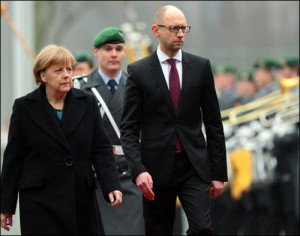 German Chancellor Angela Merkel and Ukrainian Prime Minister Arseniy Yatsenyuk review a military honour guard in Berlin on Jan 8, 2015 before meeting, photop by John MacDougall, AFP