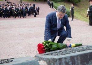 Petro Poroshenko lays a wreath at Babi Yar memorial in Kyiv