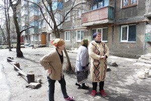 Residents of 'October' district of Donetsk city still enduring ongoing shelling by Ukraine army, April 16, 2015 (Roger Annis)