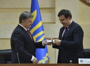 Ukraine President Poroshenko (L) presents Mikheil Saakashvili with citizenship card, May 30, 2015 (EPA)