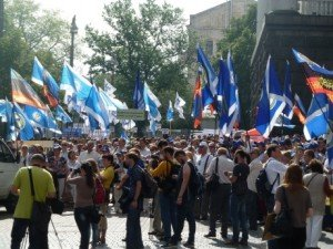Unions protest outside meeting of Ukrainian government cabinet on May 27, 2015 (IndustriAll Global Union)