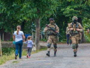 Ukraine army patrol in Mukachevo (Alexander Zobin, AFP)