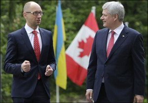 Ukrainian PM Arseniy Yatsenyuk in Ottawa on July 14, 2015, with Canadian PM Stephen Harper (Xinhua)