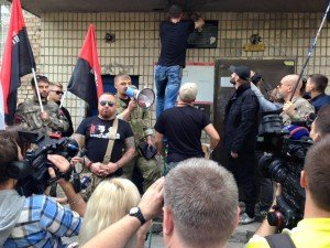 Goons of the 'Right Sector' vandalize memorial plaque to Oles Buzina in Kyiv on Aug 26, 2015 (photo on Antifashist.ru)