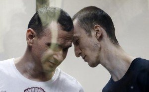 Oleg Sentsov (L) and his accomplice Alexander Kol'chenko during announcement of their verdict in Rostov-On-Don, Russia (TASS)