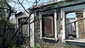 Shelling of homes by Ukrainian forces in Dokuchaevsk, Donetsk region on August 18, 2015 (DAN News)