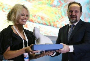 Pamela Anderson and Russian Natural Resources and Environment Minister Sergei Donskoi at 2015 Eastern Economic Forum in Vladisvostok on Sept 3, 2015 (TASS)