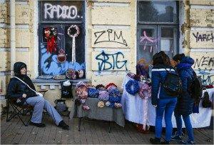 Woman selling garlands in Kyiv on Oct 27, 2015 (Roman Pilipey, EPA)