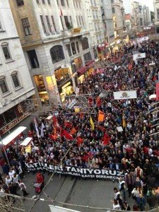 Thousands march in Istabul on Oct 10, 2015 to condemn the twin-bomb massacre in Ankara that same day (Revolution News)