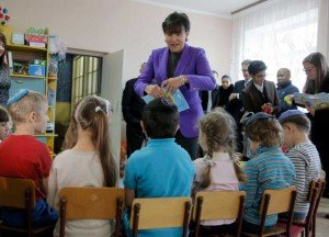 U.S. Commerce Secretary Penny Pritzker donates books to Jewish school in Bila Tserkva, Ukraine on Oct 27, 2015 (Efrem Lukatsky, AP)