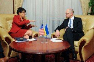U.S. Commerce Secretary Penny Pritzker speaks to PM Arseniy Yatsenyuk during meeting in Kyiv on Oct 26, 2015 (Andrew Kravchenko, AP)