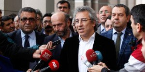 Editor-In-Chief Can Dündar of the Cumhuriyet daily talks to journalists in Nov 26, 2015 as he arrives to testify in court in MIT trucks case. (Cihan photo)