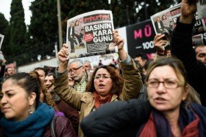 Journalists protest arrests of Cumhuriyet newspaper editors in Istanbul Nov 27, 2015 (Ozan Kose, AFP-Getty Images)