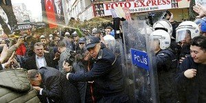Police use tear gas against press freedom protesters in Istanbul on Nov 27, 2015 (Today's Zaman, via Twitter)