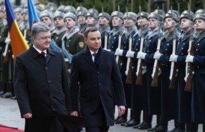 Polish President Andrzej Duda (R) with Petro Poroshenko in Kyiv, Dec 15, 2015 (Sergey Dolzhenko, EPA)