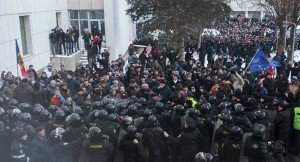 Anti-corruption protest in Moldova at the steps of the national Parliament, Jan 24, 2016 ( Viktor Dimitrov, Reuters)