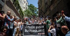 Press freedom advocates defending Özgür Gündem newspaper in Turkey