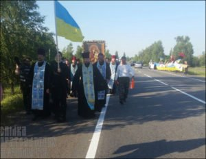 Small band of extremists (right of photo) stage provocation in eastern Ukraine against the All-Ukraine Orthodox procession for peace on July 13, 2016