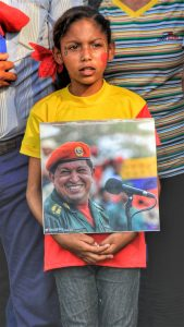 A young communard held a photo of Chávez during the act of commemoration.